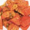 Ensalada tomate con albahaca y alcaparras